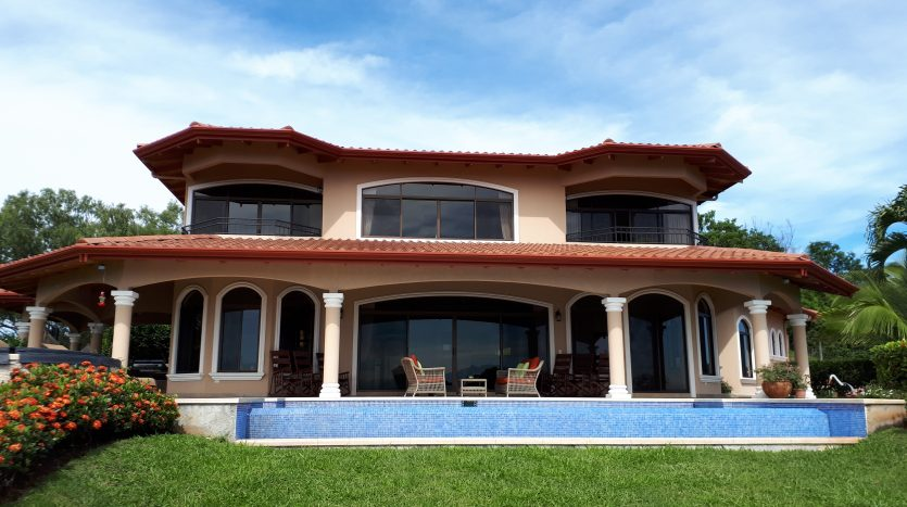house with pool for sale by atenas real estate in Costa Rica
